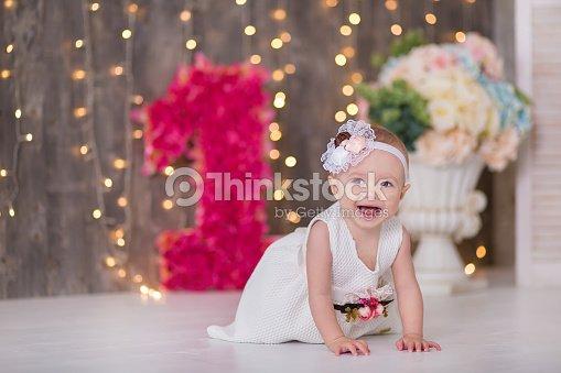 Lindo Bebe Nina 12 Anos Sala De Estar En El Piso Con Globos Color