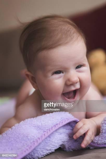 Schattige babymeisje kruipen en glimlachen