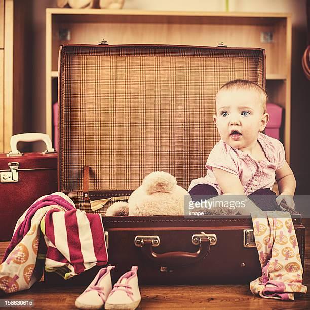 Süßes baby girl in ihrem vintage Koffer voller