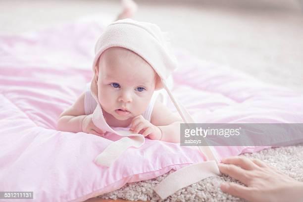 Linda niña bebé caer en el estómago que confundir