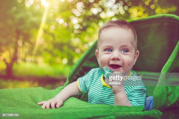 Joli bébé dans la voiture à l'extérieur en été