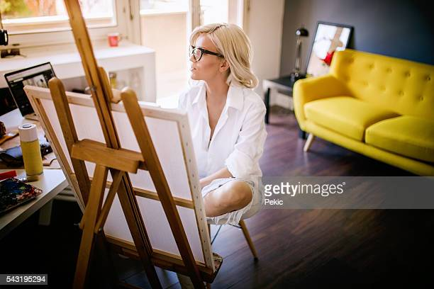 Joli blond artiste peinture sur toile