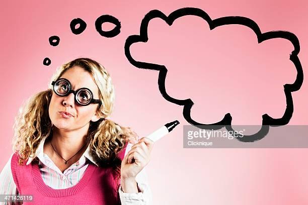 Linda rubia con gafas gruesa puntos a mano que piensa de pensamiento
