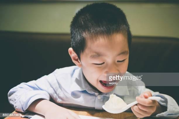 Leuke jongen genieten van eten knoedels
