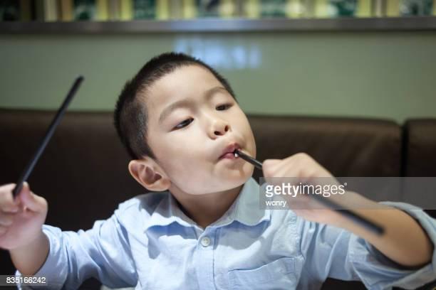 Leuke jongen genieten van eten