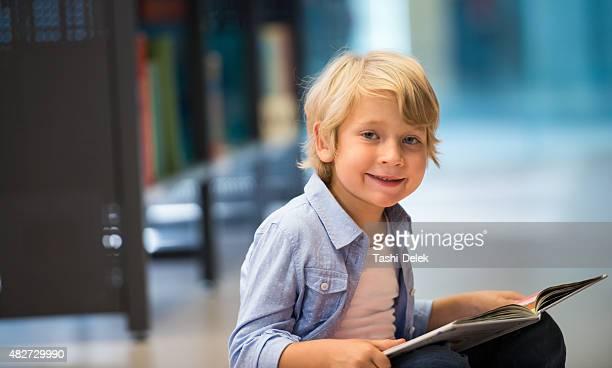 Niño atractivo de la biblioteca