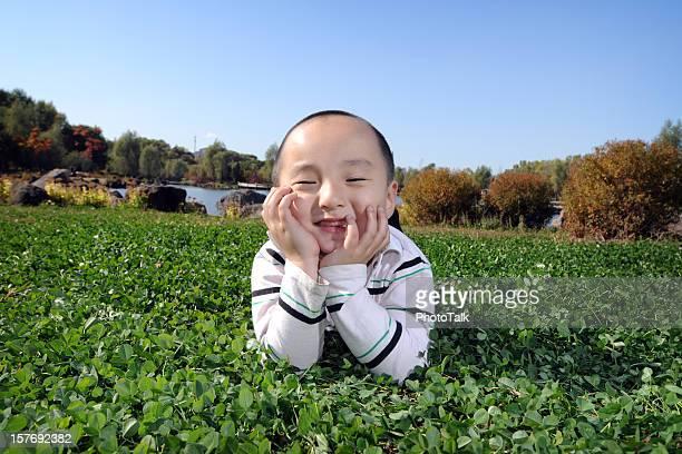 Süße junge liegen auf Gras