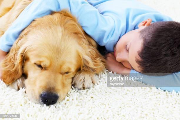 Rapaz engraçado, dormir em conjunto com seu adorável cão.