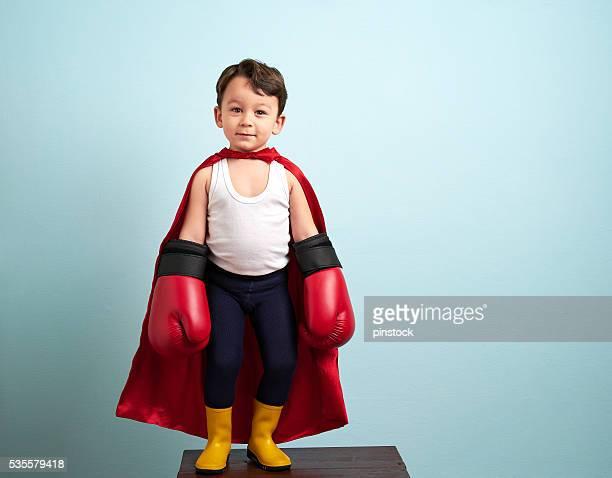 Joli garçon avec des gants de boxe