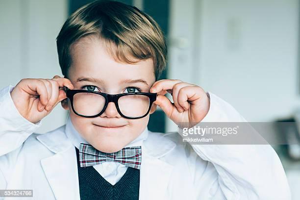 Graziosa ragazzo con gli occhiali e papillon è divertente volto