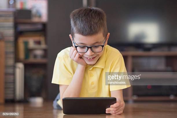 Niedlich Junge mit Tablet PC