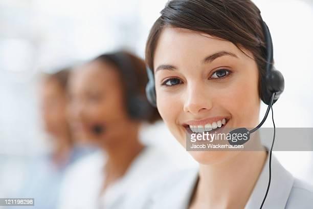 Linda mujer sonriente de servicio de atención al cliente de