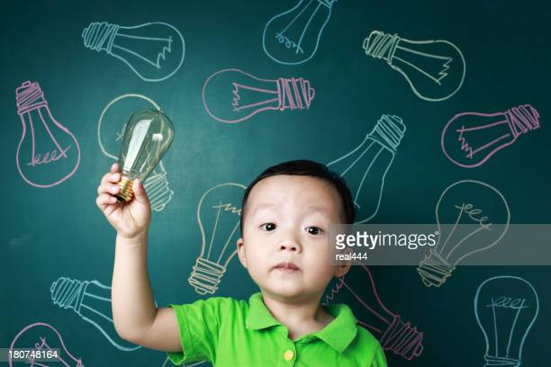 Mignon enfant avec une ampoule électrique