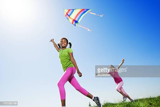 Engraçado crianças voar um kite na natureza.