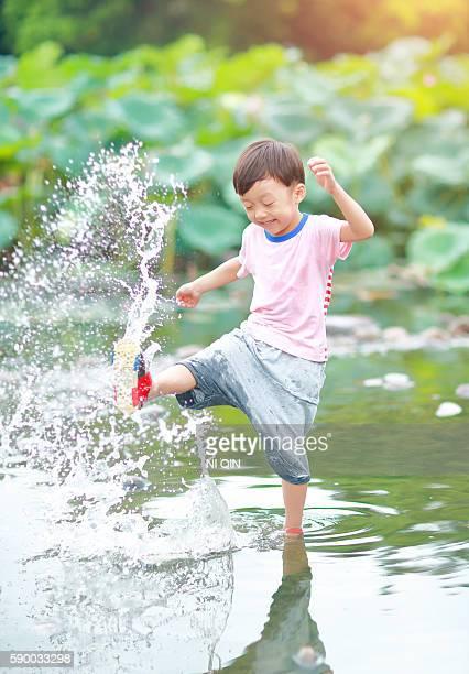 Niedliche Kinder spielen in den park