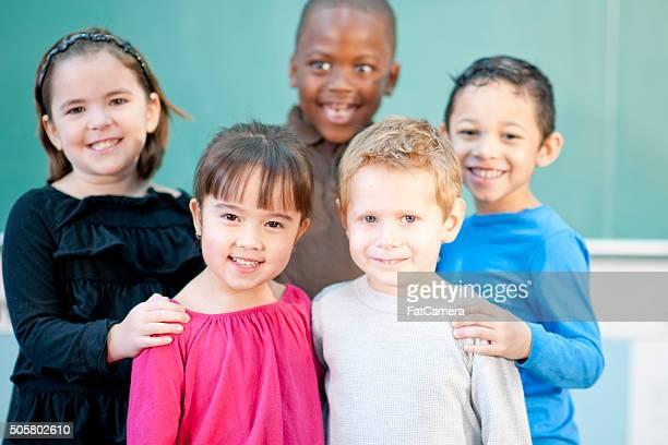 Niedliche Kinder stehen in Class
