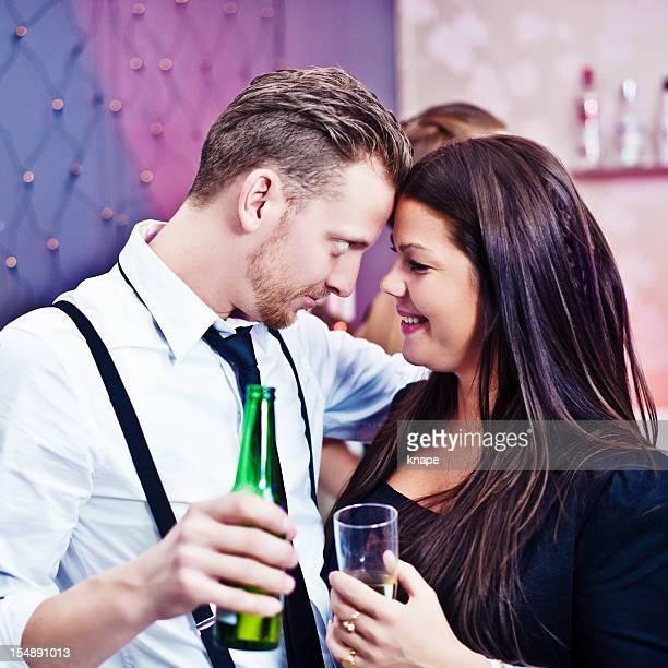 Süßes Paar auf einer party
