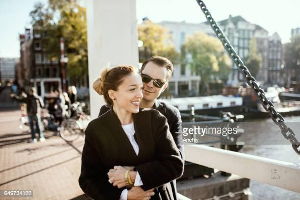 Joli couple dans un classement d'étreinte sur le pont