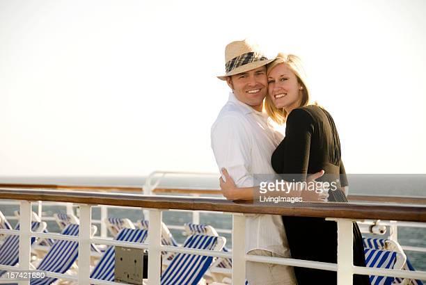 かわいいカップルでのクルーズ船