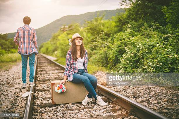Joli couple sur la ligne de chemin de fer