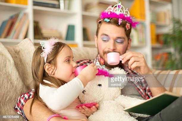 Süße Tochter und ihr Vater mit princess.