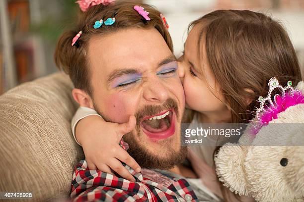 Engraçado menina e seu pai a Princesa tempo.