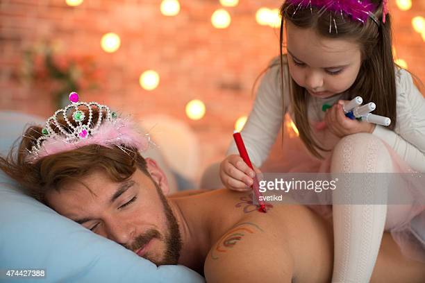 Süße Tochter Malen auf Ihr Schlafen Vaters Rücken.