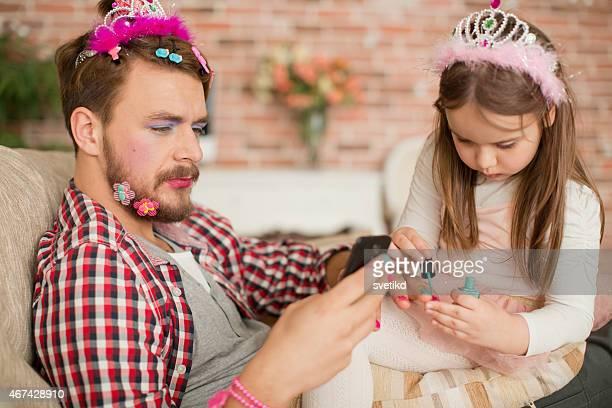 Jolie fille qui composent de son père.