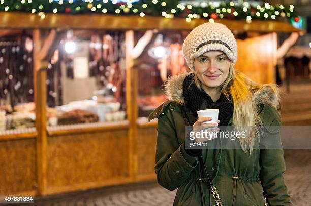 Hübsches Mädchen auf dem Weihnachtsmarkt