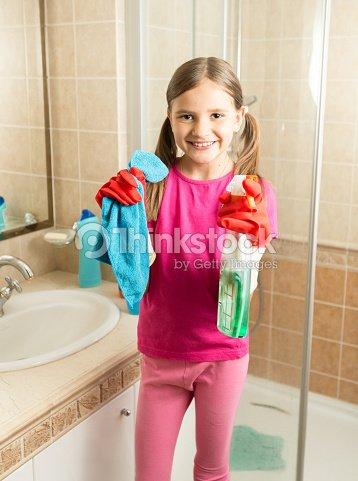 Hübsches Mädchen Macht Reinigung Im Badezimmer Holding Lappen Und ...