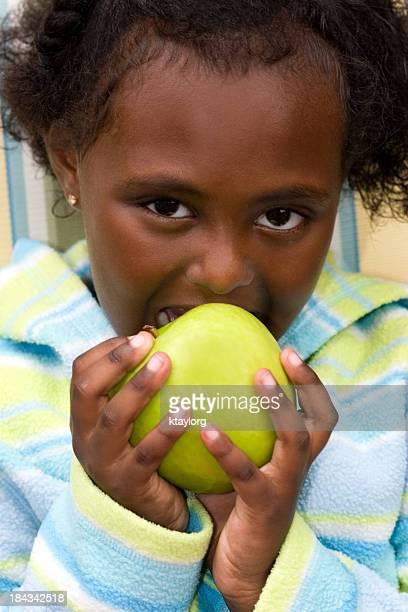 Linda chica comer manzana verde