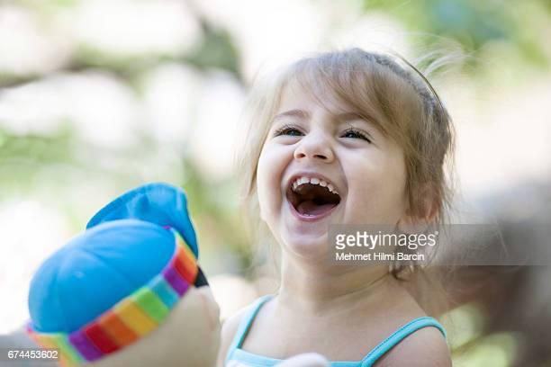 Jolie fille mutuellement étreindre son jouet