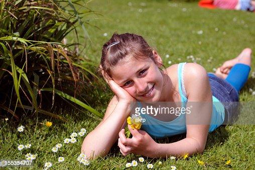 かわいい女の子の草地