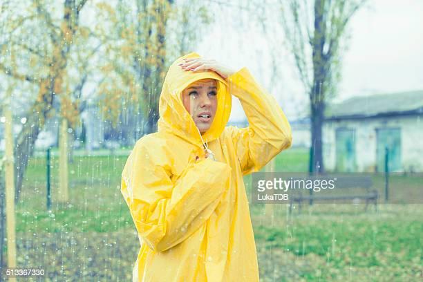 Linda chica listo para la lluvia.