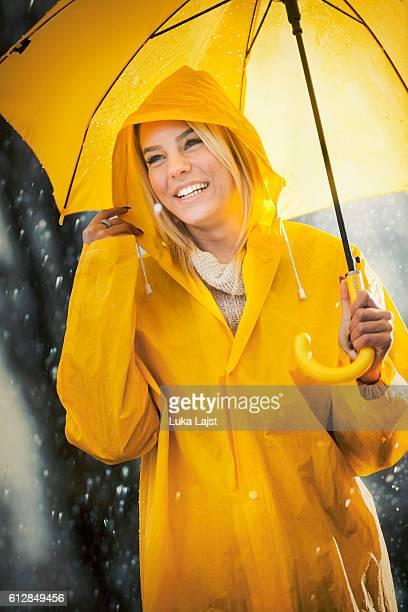 かわいい女の子のための雨です。