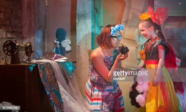 Niedliche Mädchen versuchen auf Original Outfit für Kostümparty