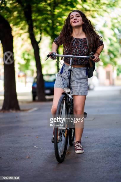 Jolie fille essayant de Ride gros vélo rétro