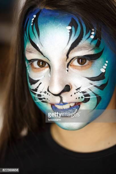 Jolie fille avec de la peinture du visage