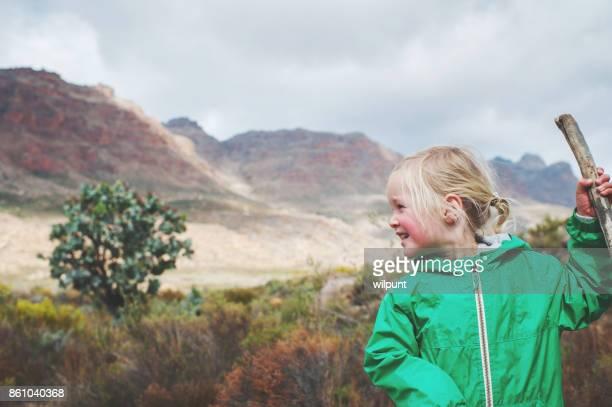 Jolie fille avec randonnée bâton à la recherche sur le côté et vers le bas