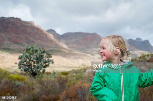 Jolie fille avec coup de œil sur le côté du bâton de randonnée