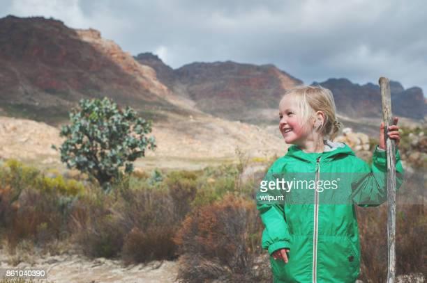Jolie fille avec coup d'oeil sur le côté bâton de randonnée
