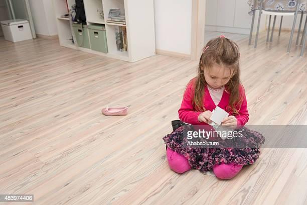 Hübsches Mädchen mit langen Haaren spielt im Wohnzimmer