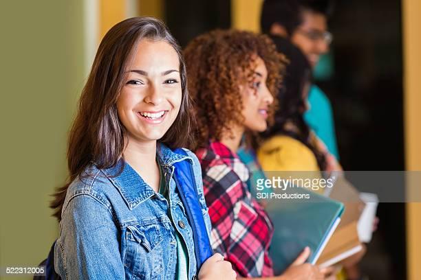 Sexy high-school-Mädchen, stehend im langen Korridor