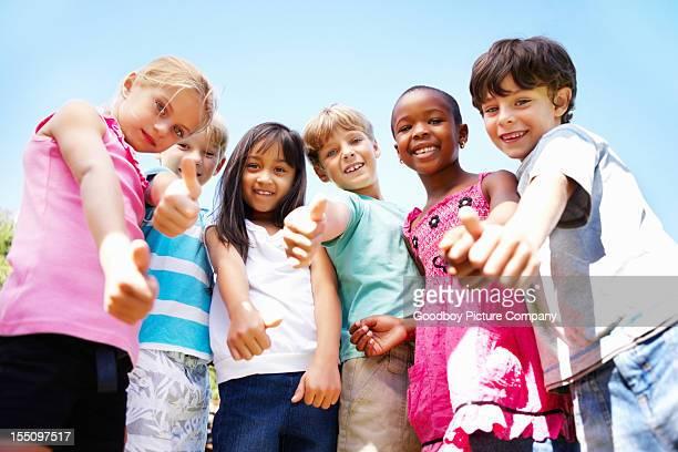 Niedliche Kinder geben Daumen hoch