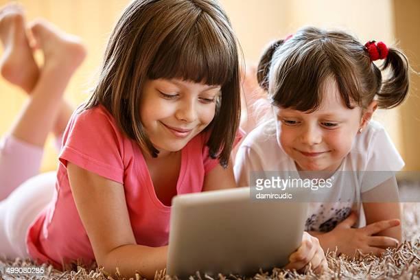 Engraçado crianças com tablet digital