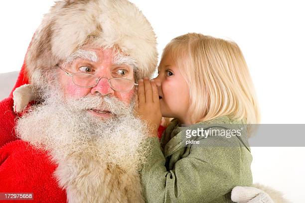 Bambina bionda carica trasmette un'idea di Santa di orecchio