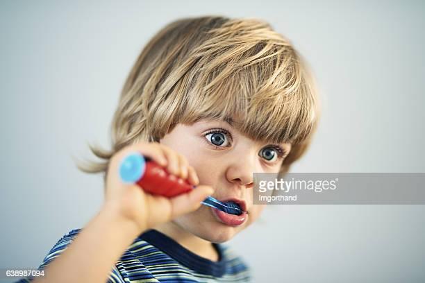 Süße kleine Junge Zähne putzen