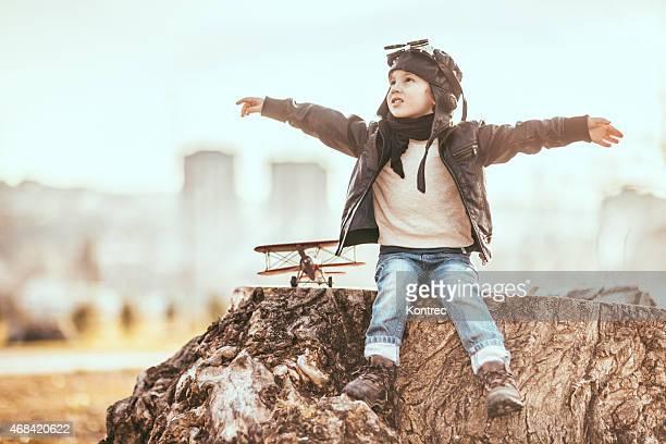 Cute pequena sonhos de menino de se tornar um piloto