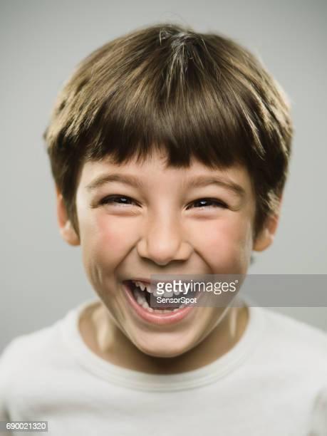 Schattige kleine jongen lachen in studio