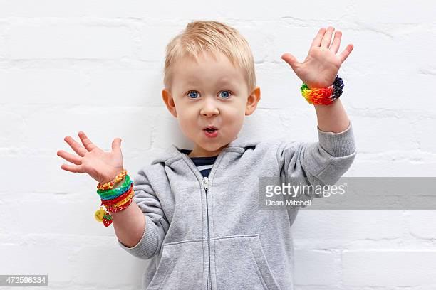 Carino piccolo ragazzo che indossa colorato telaio elastici guardando felice